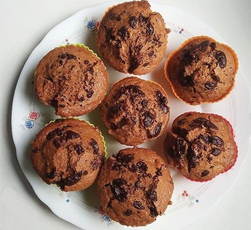 Muffins de coco, crema de cacahuete y chips de chocolate